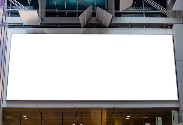 Modellbild von leeren anschlagtafelplakaten und geführt in die flughafenterminalstation für die werbung Premium PSD