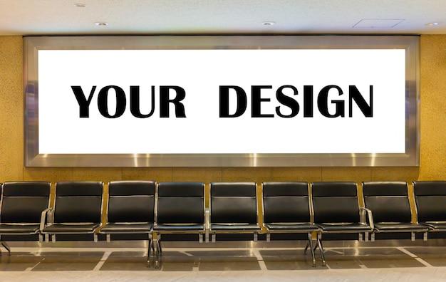Modellbild von plakaten des weißen schirmes der leeren anschlagtafel und in das flughafenterminal geführt Premium PSD