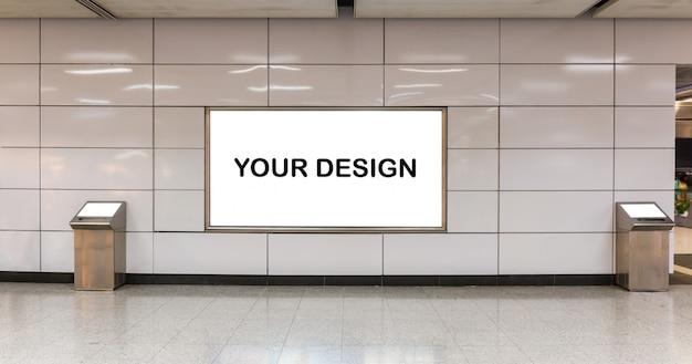 Modellbild von plakaten des weißen schirmes der leeren anschlagtafel und in der u-bahnstation für die werbung geführt Premium PSD