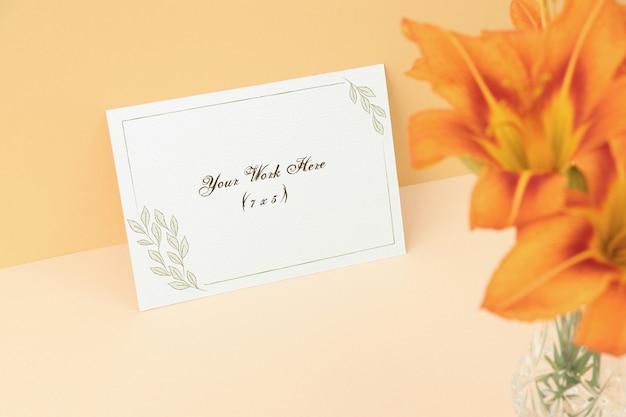 Modelleinladungskarte mit orange blumen Premium PSD