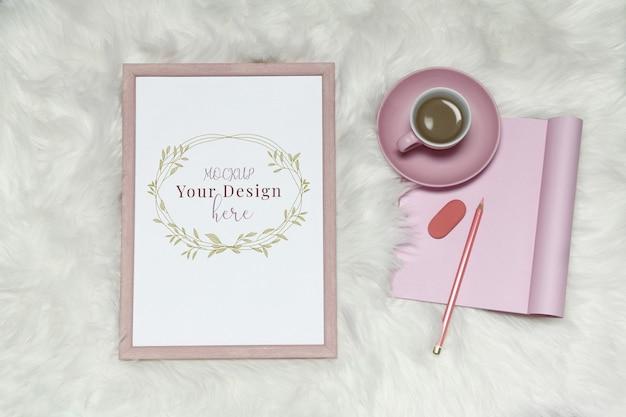 Modellfotorahmen auf weißem pelzhintergrund mit rosa anmerkungen und tasse kaffee Premium PSD