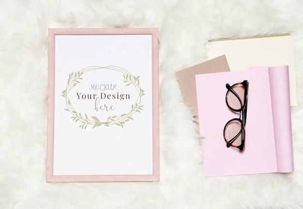 Modellfotorahmen auf weißem pelzhintergrund mit stapel notizbüchern und gläsern Premium PSD