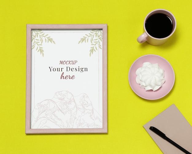 Modellfotorahmen mit anmerkungen und tasse kaffee auf gelbem hintergrund Premium PSD