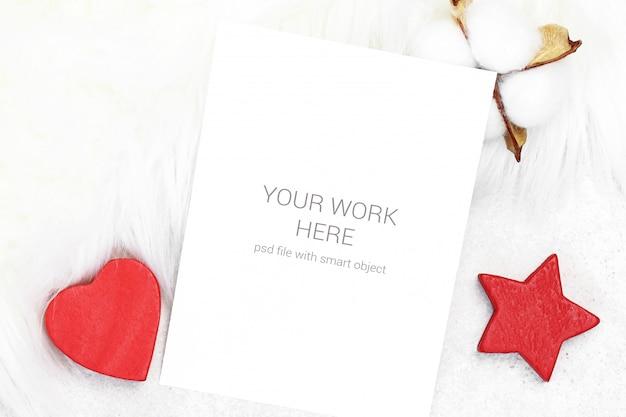 Modellkarte mit baumwolle und roten spielwaren Premium PSD