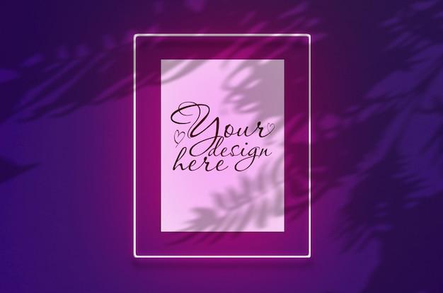 Modellplakat in einem neonrahmen mit einem rosa glühen. szene auf violetter wand mit tropischen überlagerungspalmenschatten mit freiem raum nach innen Premium PSD
