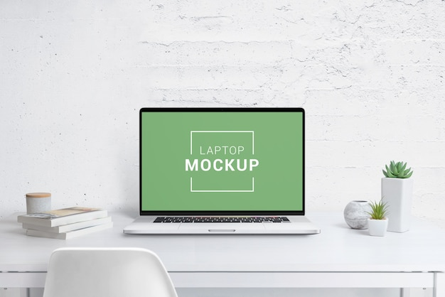 Modernes laptop-modell auf schreibtisch Premium PSD