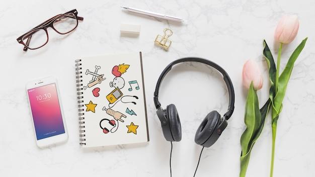 Musik-modell mit kopfhörer smartphone und notebook Kostenlosen PSD