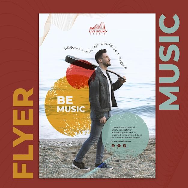 Musikfliegervorlage mit foto des mannes, der eine gitarre hält Kostenlosen PSD