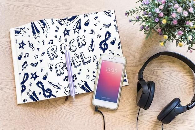 Musikmodell mit kopfhörern und smartphone Kostenlosen PSD