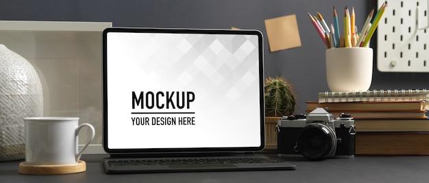 Nahaufnahme ansicht des arbeitsbereichs mit laptop-modell im home-office-raum Premium PSD