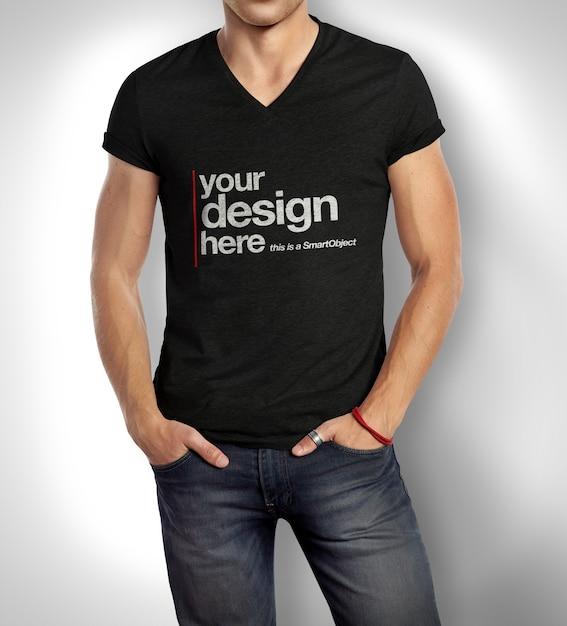 Nahaufnahme auf mann, der t-shirt modell trägt Premium PSD
