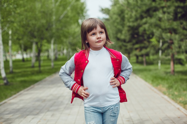 Nahaufnahme auf niedliches kind, das tshirt mockup trägt Premium PSD