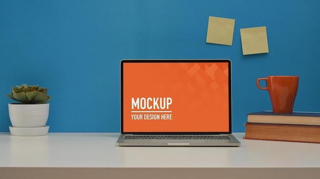 Nahaufnahme des home-office-raums mit laptop-modell Premium PSD