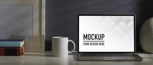 Nahaufnahme des home-office-schreibtisches mit laptop-modell Premium PSD