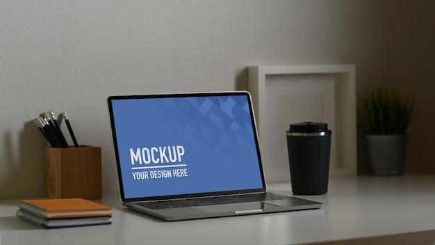 Nahaufnahme des laptop-modells mit kaffeetasse Premium PSD