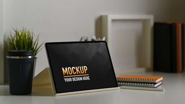 Nahaufnahme des tablettenmodells mit kaffeetasse Premium PSD