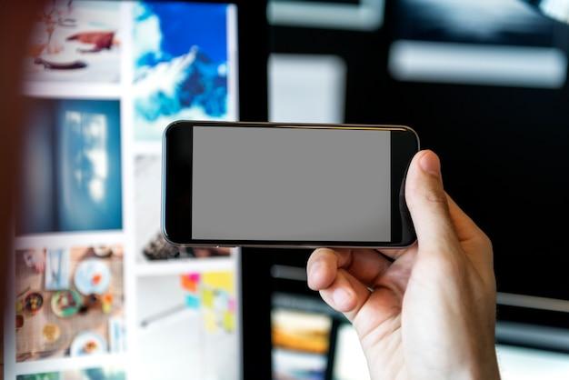 Nahaufnahme eines leeren abgeschirmten smartphone drehte sich seitlich Kostenlosen PSD
