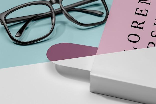 Nahaufnahmebuchmodell mit brille und lesezeichen Kostenlosen PSD