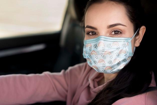 Nahaufnahmefrau, die maske trägt Kostenlosen PSD