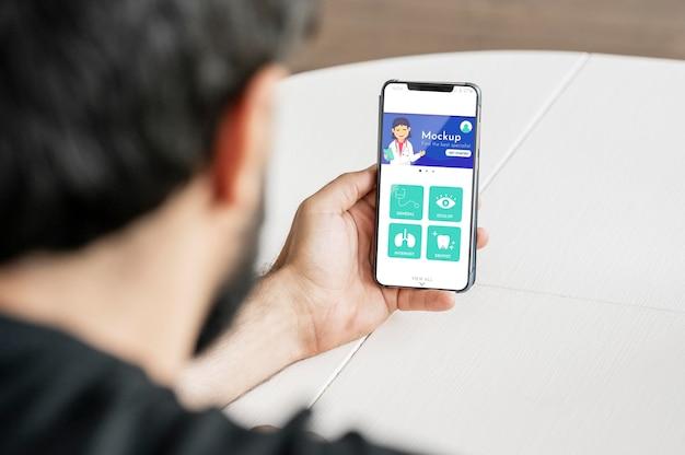 Nahaufnahmemann, der smartphone hält Kostenlosen PSD