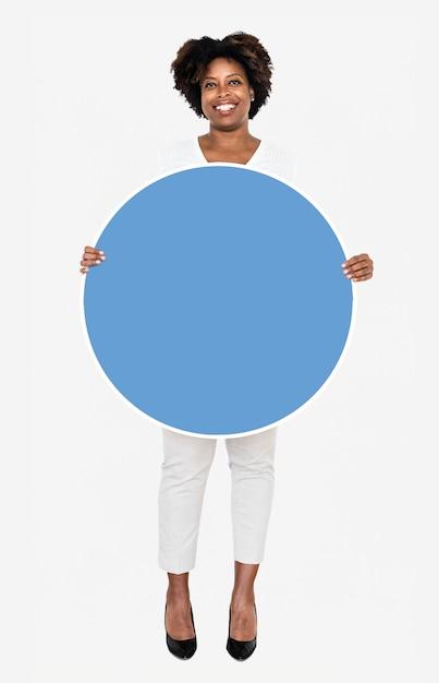 Nette geschäftsfrau, die ein blaues rundes brett hält Premium PSD