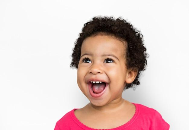 Nettes kind haben spaß-lächelndes konzept Premium PSD