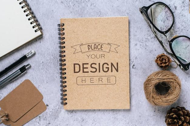 Notebook mit arbeitsbereich psd mockup Kostenlosen PSD
