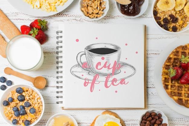 Notebook-modell mit frühstückskonzept Kostenlosen PSD