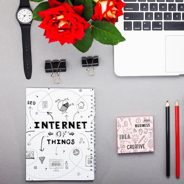 Notebook-modell mit internet-objekten Kostenlosen PSD
