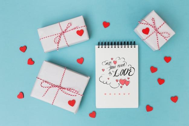 Notizblockmodell neben geschenkboxen zum valentinstag Kostenlosen PSD