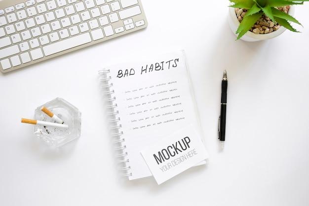 Notizbuch mit schlechter angewohnheitsliste im büro Kostenlosen PSD