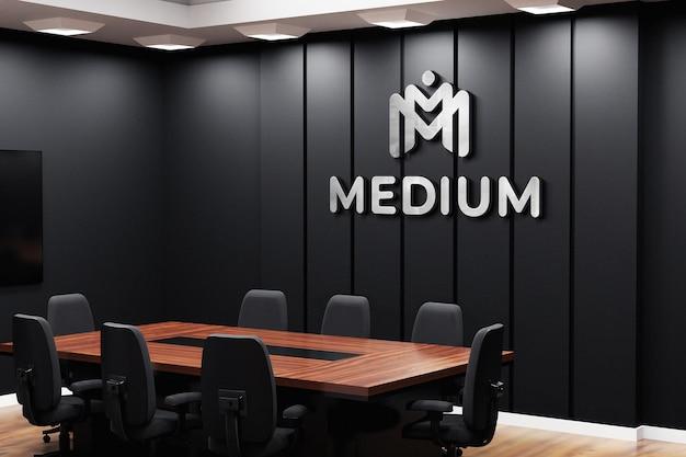 Office-logo-modell auf schwarzer wand im besprechungsraum Premium PSD