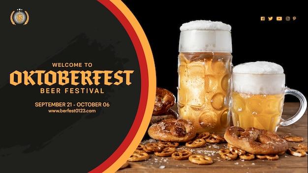Oktoberfest-bierkrüge mit brezeln auf tabelle Kostenlosen PSD