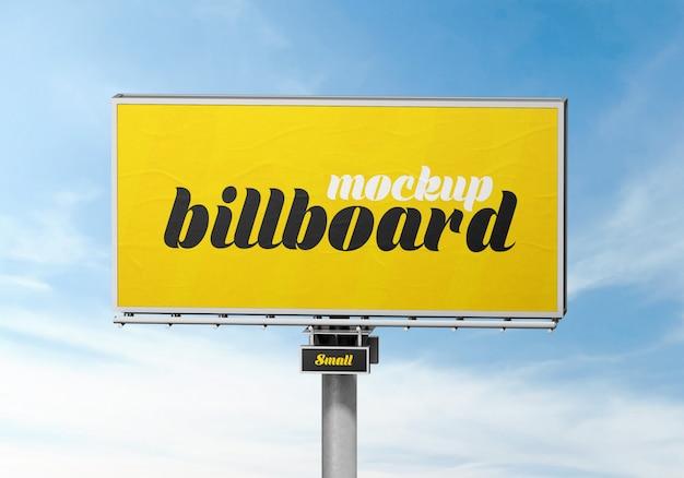 Outdoor billboard mockup gegen bewölkten himmel Premium PSD