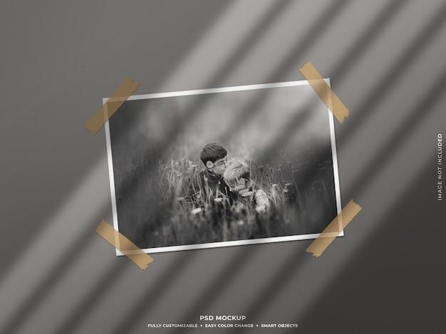 Papier-fotorahmen-modell mit schatten an der wand Premium PSD