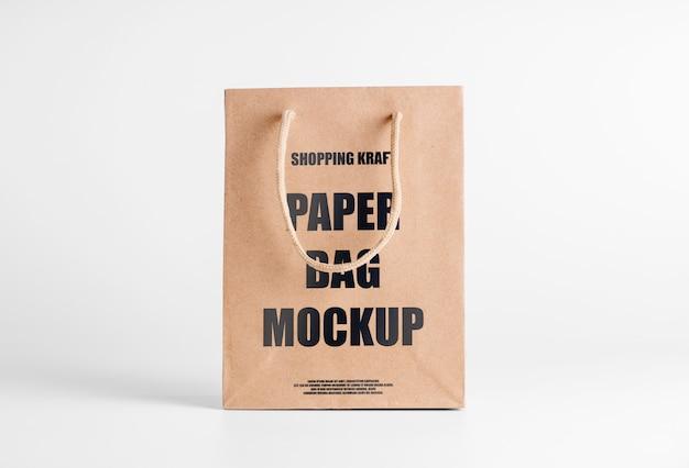 Papiertüte braun modell für waren. firmenverpackungsvorlage mit logo. psd vorderansicht bearbeitbares kraftpaket Premium PSD