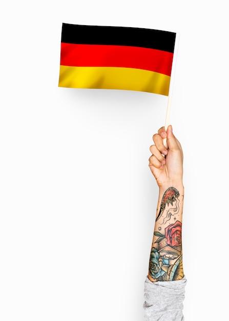 Person, die die flagge der bundesrepublik deutschland weht Premium PSD