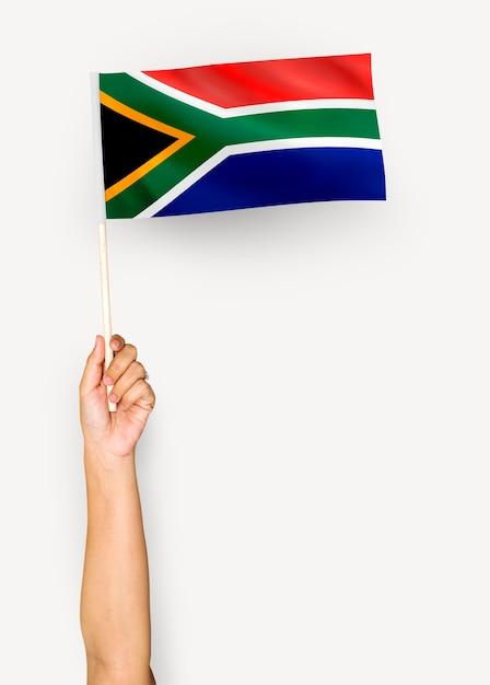 Person, die die flagge der republik von südafrika wellenartig bewegt Premium PSD