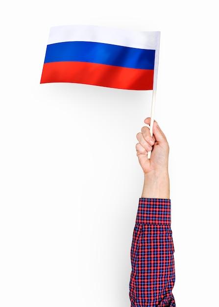 Person, die die flagge der russischen föderation wellenartig bewegt Premium PSD