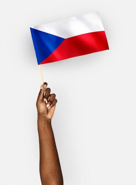 Person, die die flagge der tschechischen republik wellenartig bewegt Premium PSD