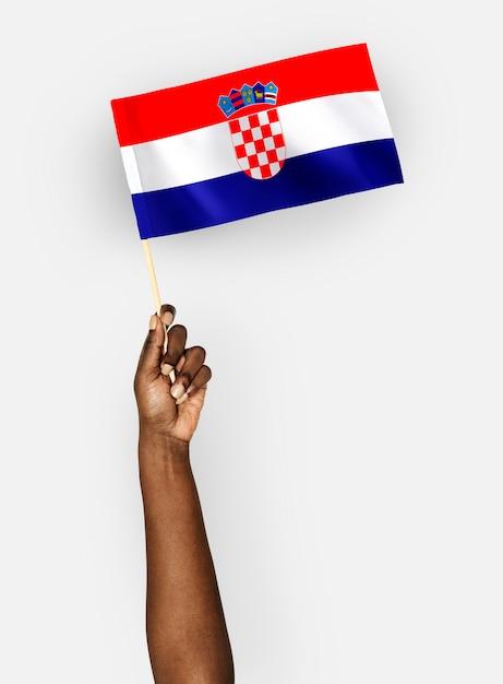 Person weht die flagge der republik kroatien Premium PSD
