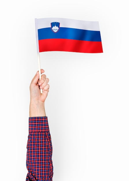 Person weht die flagge der republik slowenien Premium PSD