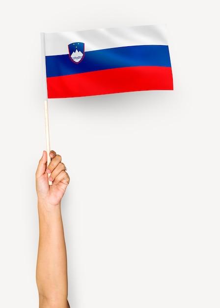 Person weht die flagge der republik slowenien Premium PSD