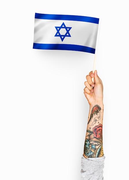 Person winkt die flagge des staates israel Premium PSD