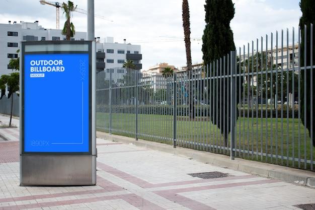 Plakat im freien neben dem park Kostenlosen PSD