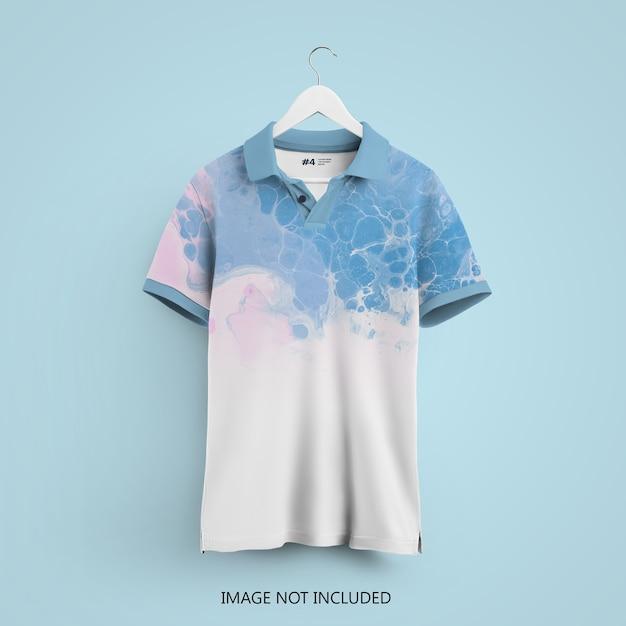 Polo t-shirt mockup auf einem kleiderbügel isoliert Premium PSD