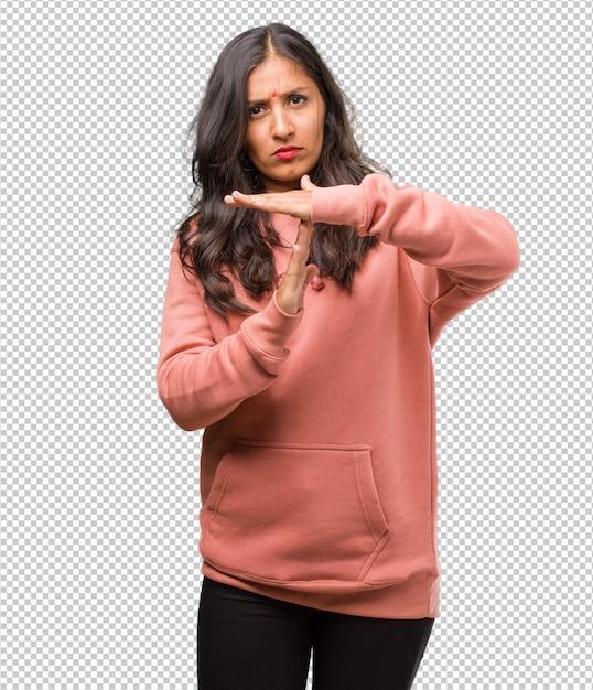 Porträt der jungen indischen frau der eignung müde und gelangweilt, eine auszeitgeste machend, muss wegen des arbeitsdrucks, zeitkonzept stoppen Premium PSD