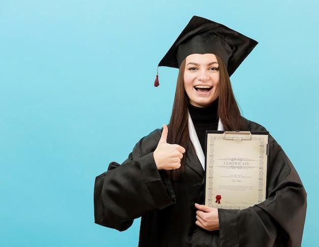 Porträt des jungen studenten, der stolz auf abschluss ist Kostenlosen PSD