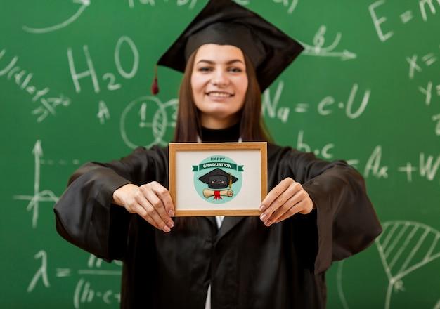 Positives junges mädchen mit diplom Kostenlosen PSD