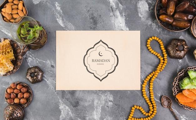 Ramadan-komposition mit flachem hintergrund und papierkartenschablone Kostenlosen PSD